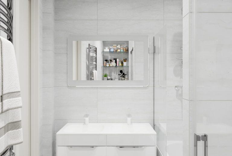 тумба под раковину в белой ванной