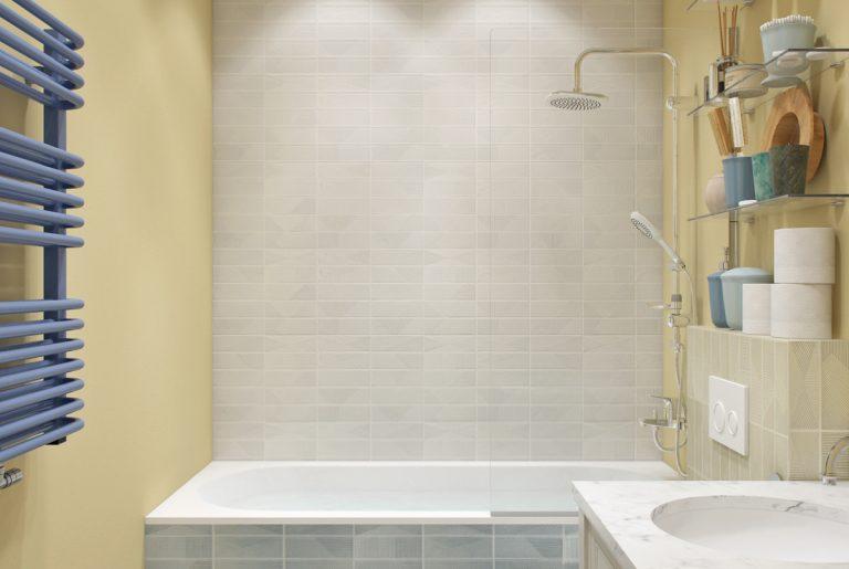 ванная с желтыми стенами и унитазом