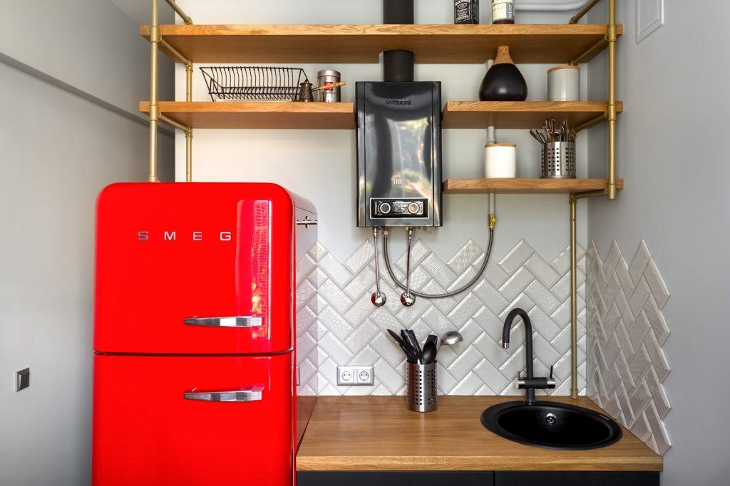 красный холодильник и черная колонка на кухне
