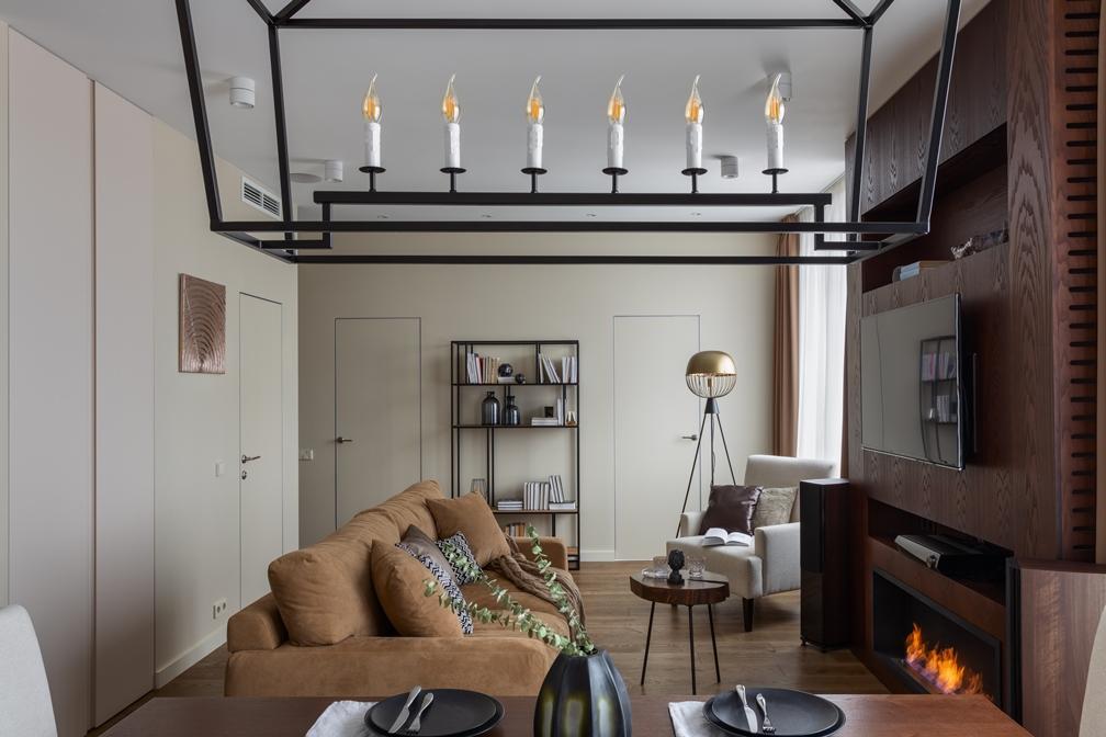 светлая гостиная с биокамином