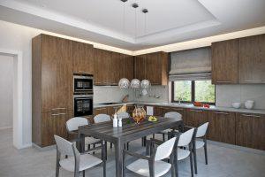 Обеденная зона и зона готовки в загородном доме