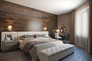 Деревянная стена у изголовья кровати и мягкая банкетка у ног