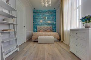 Спальня с стиле шебби с молдингами и синей деревянной стеной