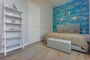 шебби спальня с деревянными синими досками у изголовья