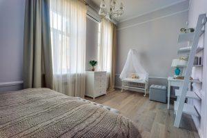 Большая спальня для молодой семьи с грудным ребенком