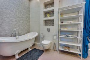 Отдельностоящая ванна на ножках в ретро стиле