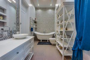 Большая ванная комната с отдельностоящей ванной
