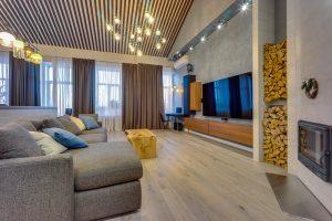 Зона просмотра ТВ и дровяной камин в старой питерской квартире