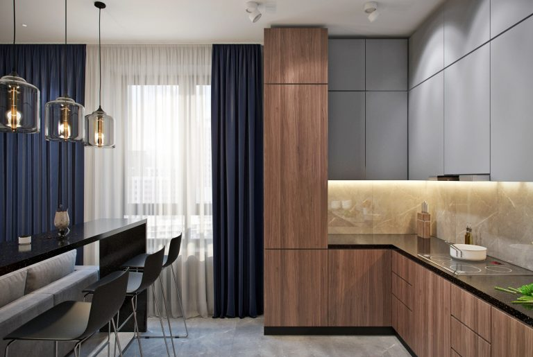 Столовая зона и зона готовки на современной кухне с барной стойкой
