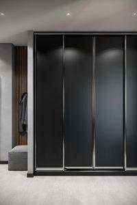 Черный шкаф-купе в современной прихожей