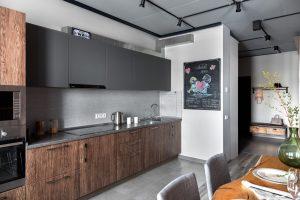 Современная кухня с трековыми светильниками