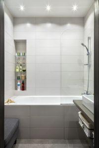 ванна со стеклянной шторкой и полками в нише
