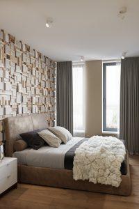 мастер-спальня с необычной стеной у изголовья