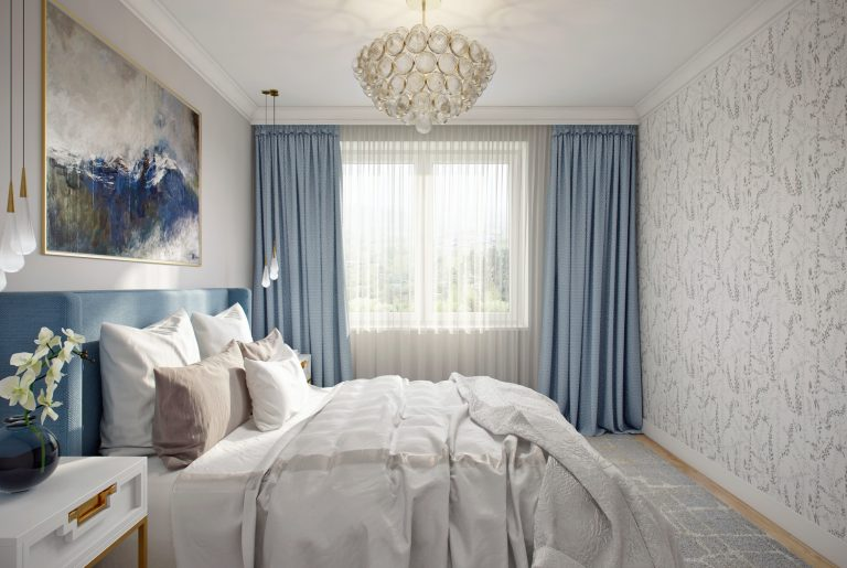 спальня с синими шторами