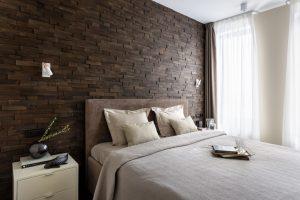 деревянные панели у изголовья кровати