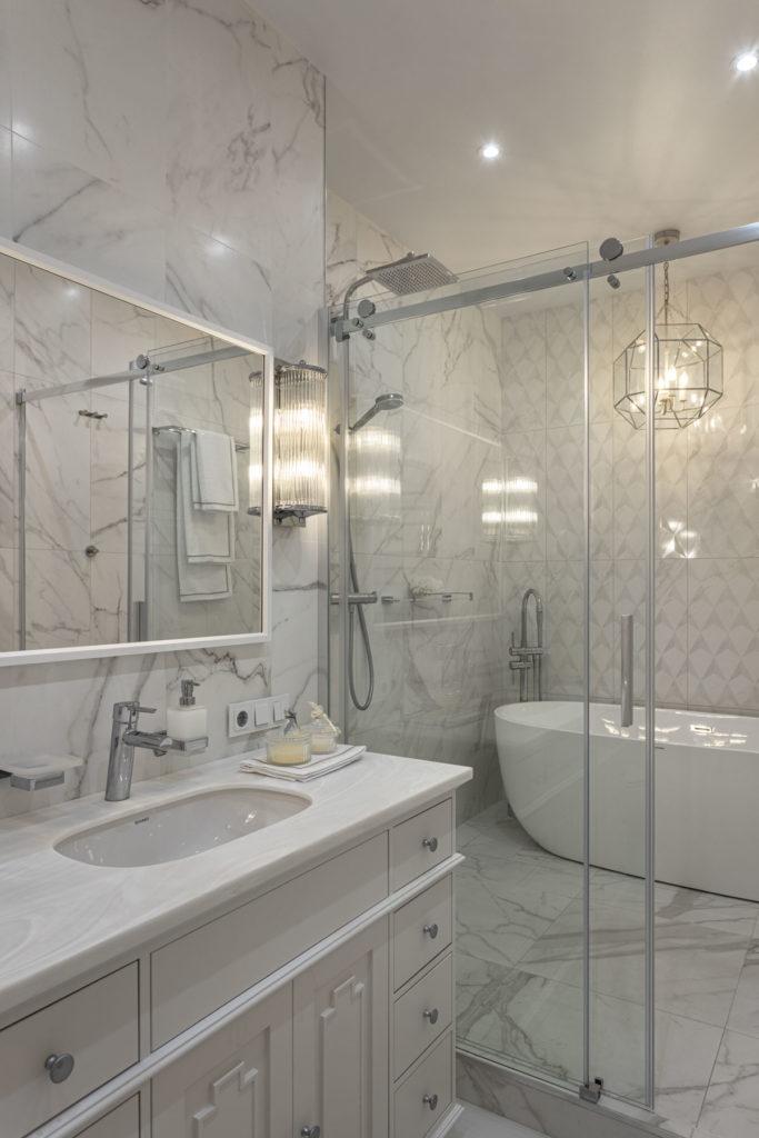 отдельностоящая ванна и душевая